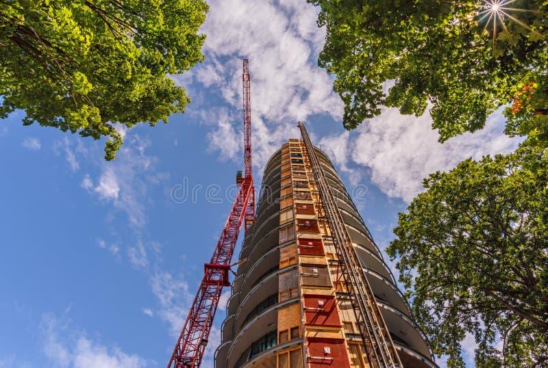 看法从下面向上在塔吊的建筑 库存图片