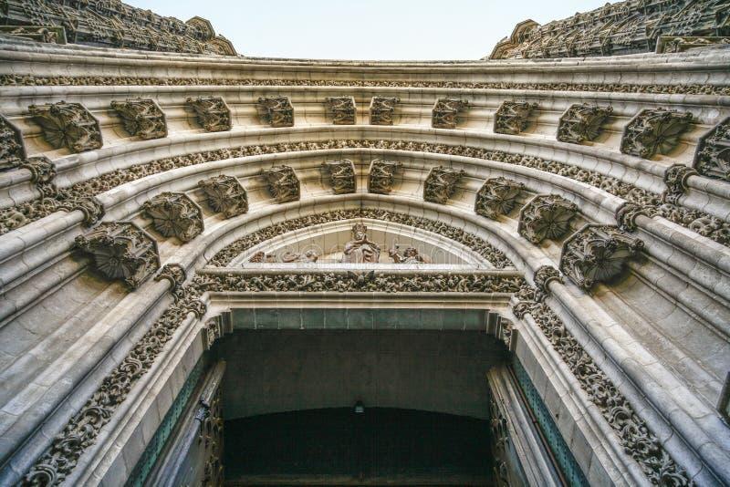 看法从下面对教会,塞维利亚西班牙的入口 免版税库存照片