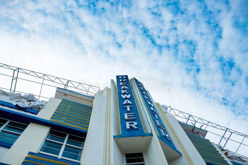 看法从下面迈阿密海洋驱动的防堤旅馆在deco样式 免版税库存图片