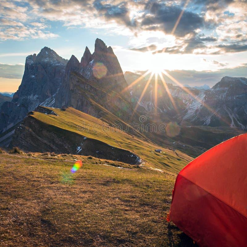 看法从帐篷到在日落的山在夏天, 免版税库存图片