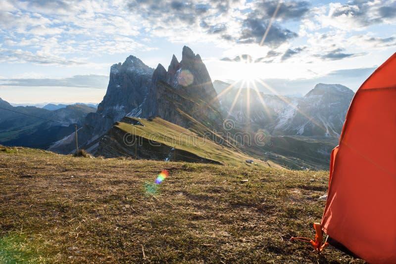 看法从帐篷到在日落的山在夏天, 库存照片