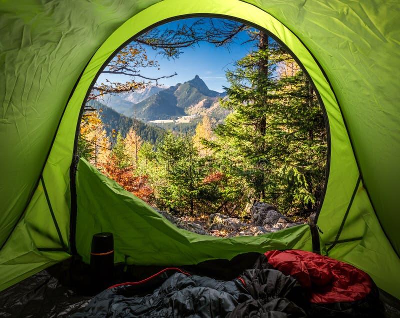 看法从帐篷到太脱拉山在秋天在日出 图库摄影
