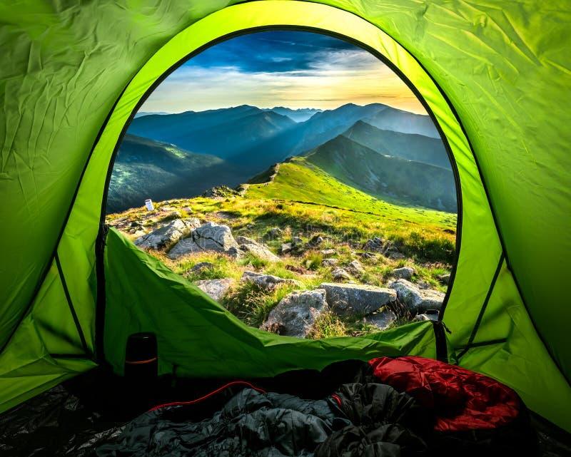 看法从帐篷到山在日落,波兰的夏天 库存照片