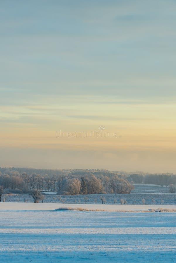 看法到冬天风景里在日出以后的少量分钟 免版税图库摄影