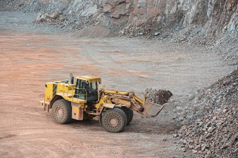 看法到斑岩矿里 地球搬家工人装货岩石 图库摄影