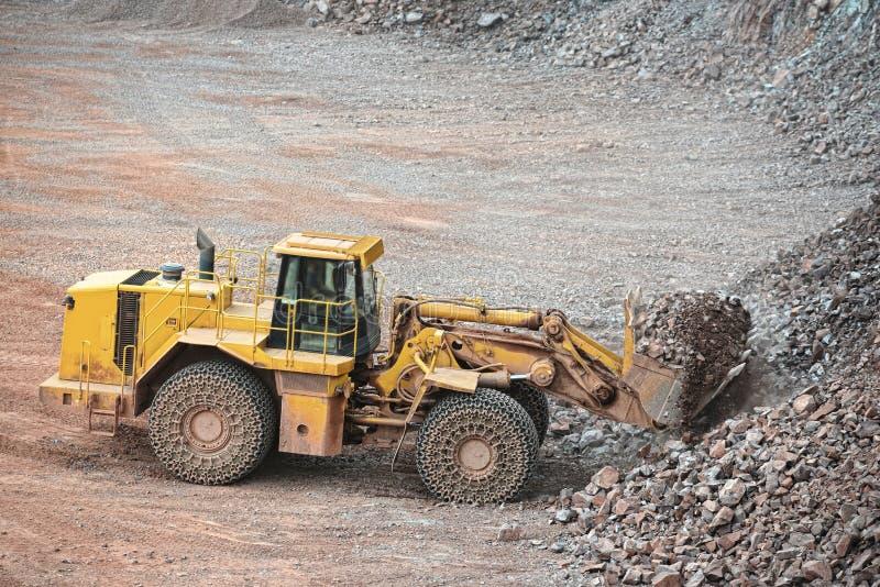 看法到斑岩矿里 地球搬家工人装货岩石 库存图片