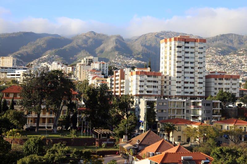 看法到马德拉海岛:地方大厦、山和天空蔚蓝 库存照片