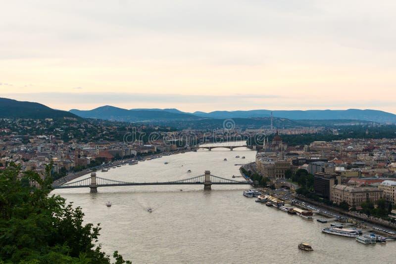 看法向多瑙河和链brige在布达佩斯 免版税库存图片