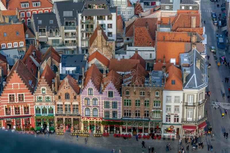 看法向布鲁日有五颜六色的装饰的协会房子的中世纪中央集市广场世纪广场 图库摄影