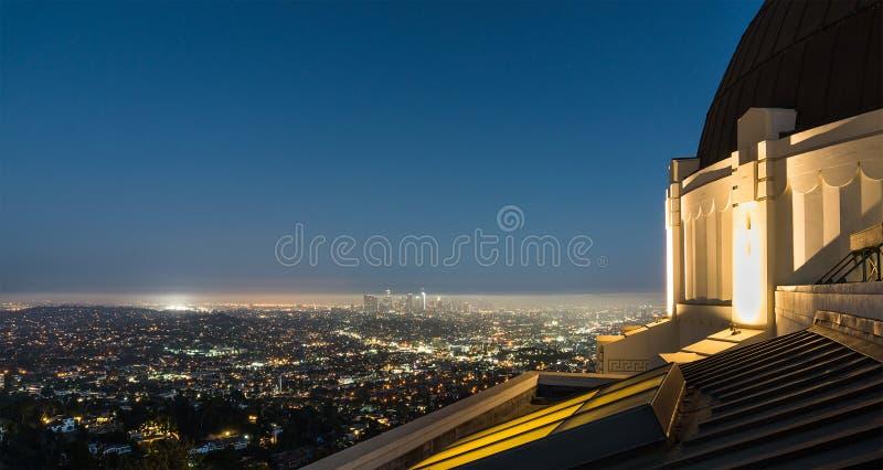 看法向洛杉矶街市在从格里菲斯观测所的晚上 库存图片