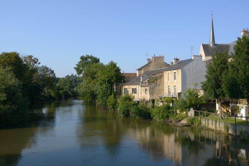 看法向Clain河在普瓦捷,法国 免版税库存图片