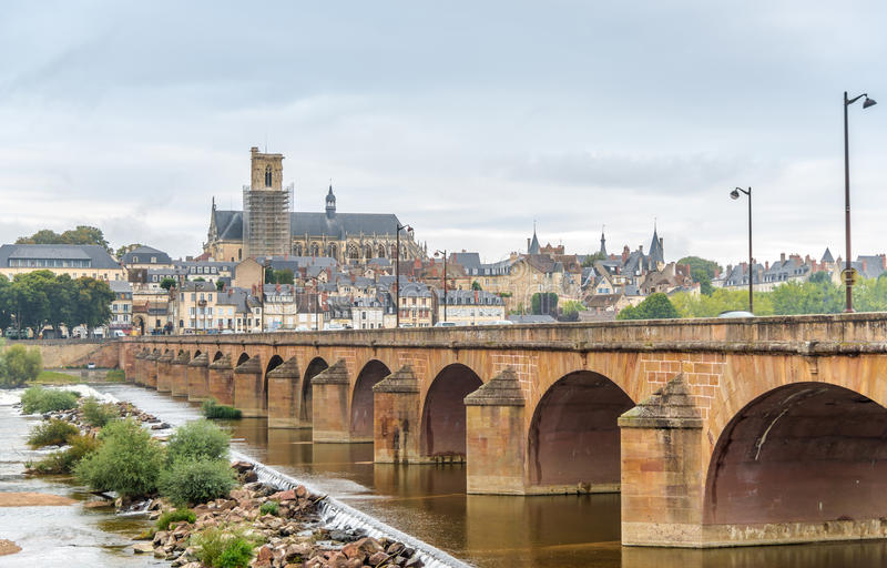 看法在有老桥梁的讷韦尔 免版税库存照片