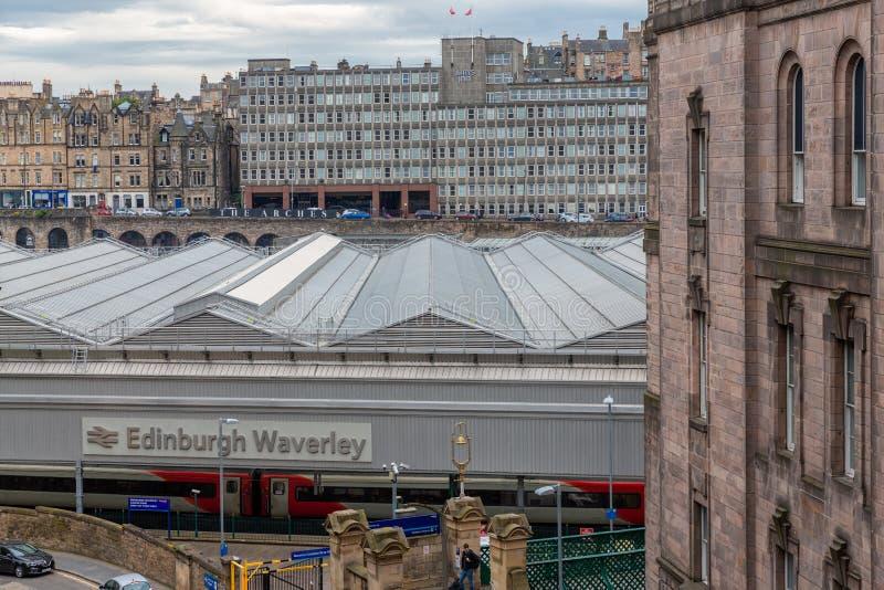 看法在爱丁堡Waverley,苏格兰首都的总台 免版税库存照片