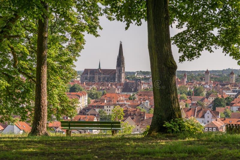 看法对大教堂和在雷根斯堡,德国老镇  库存照片