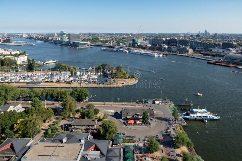 看法有小游艇船坞、轮渡和公寓的荷兰港阿姆斯特丹 库存照片