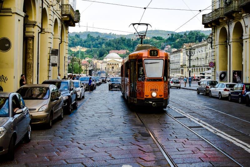 看法电车第十三通过显示熙来攘往它的街市路 免版税库存照片