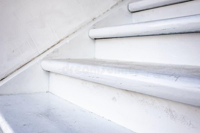 看法的木白色楼梯关闭 农村房子细节  库存图片