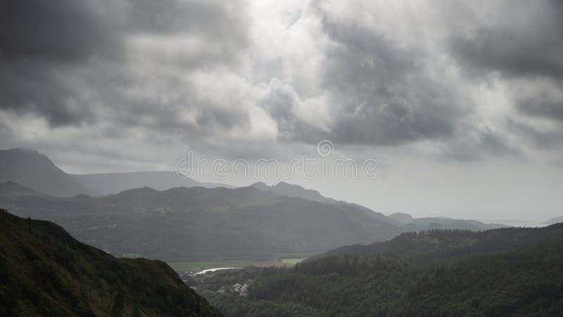 看法的风景图象从悬崖步行的在Snowdonia overloo 库存照片