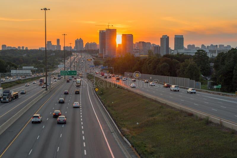 看法繁忙的高速公路401在多伦多,日落的加拿大 库存图片