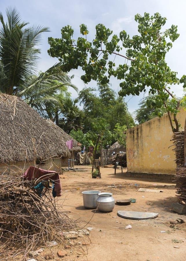 看法通过一个小组谦逊的住宅在村庄 库存照片