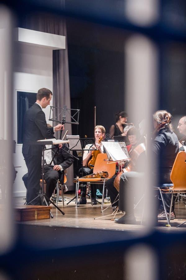Download 看法通过在乐队的窗口 图库摄影片. 图片 包括有 字符串, 音乐会, 技能, 乐队, 人力, 空间, 大提琴 - 72356912
