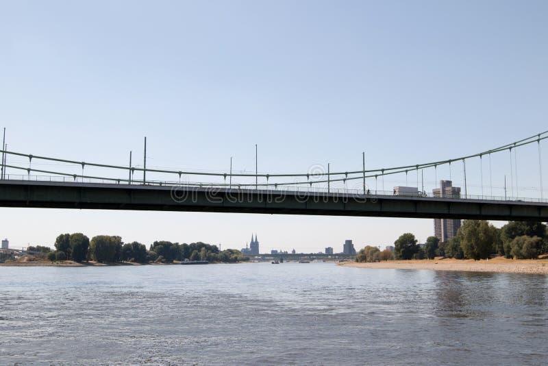看法通过在从莱茵河视域观看的科隆香水的mà ¼ hlheimer桥梁在观光的小船旅行期间 库存图片