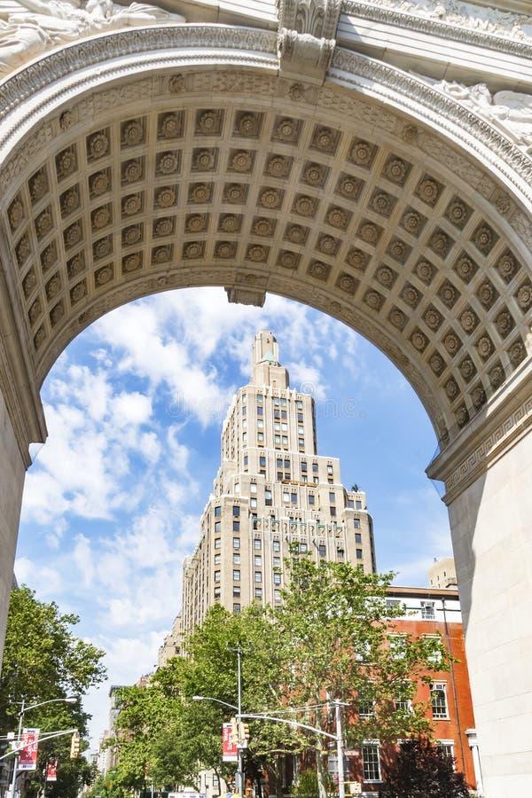 看法通过在第5个Ave大厦的华盛顿广场曲拱在纽约,美国 库存照片