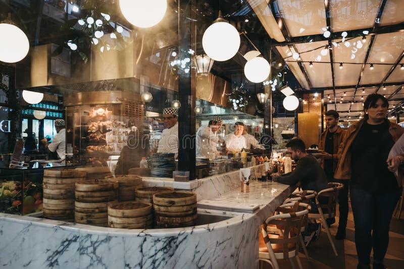 看法通过职员窗口在餐馆里面的在科文特花园市场,伦敦,英国上 免版税库存照片