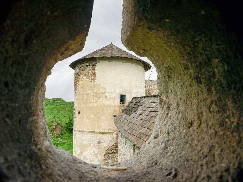 看法通过防御堡垒塔,Kamianets-Podilskyi,乌克兰发射孔  免版税图库摄影