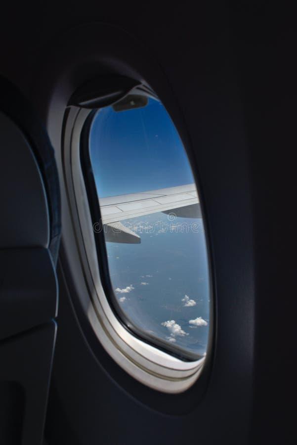 看法通过飞机的窗口 库存图片