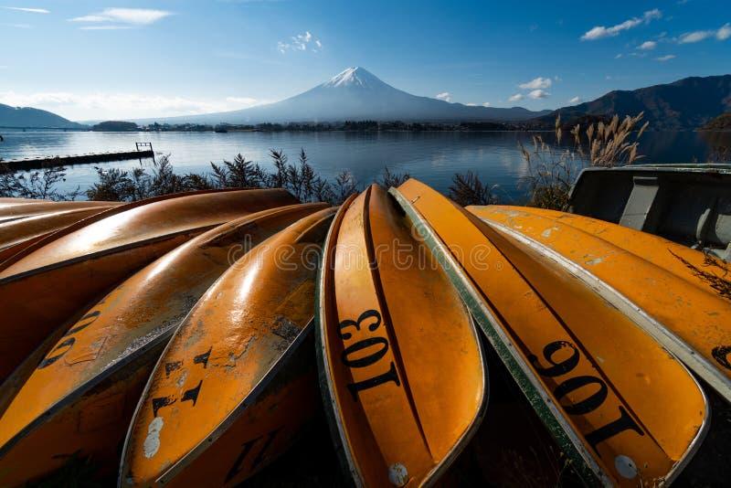 看法风景富士山和湖在平均观测距离的Kawaguchiko 免版税库存照片