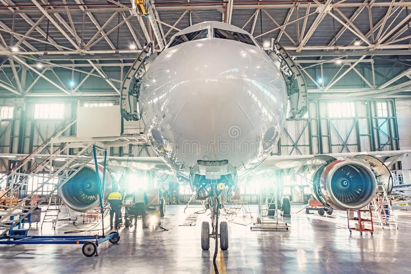 看法鼻子飞机的关闭在航空飞机棚里面,维修业务 免版税库存照片