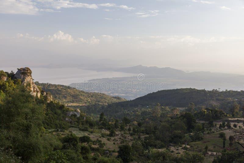 看法从路到往阿拜亚湖的Dorze村庄 Hayzo villag 免版税库存照片