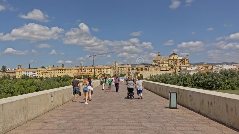 看法fromt在科多巴和大教堂的罗马桥梁  免版税库存照片