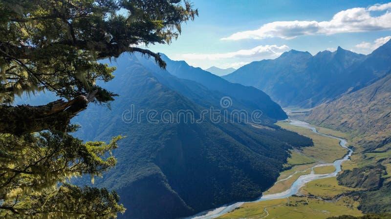 看法fron在山之间的灌木vally 免版税库存照片