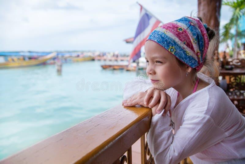 看海一个小女孩的画象 免版税库存照片
