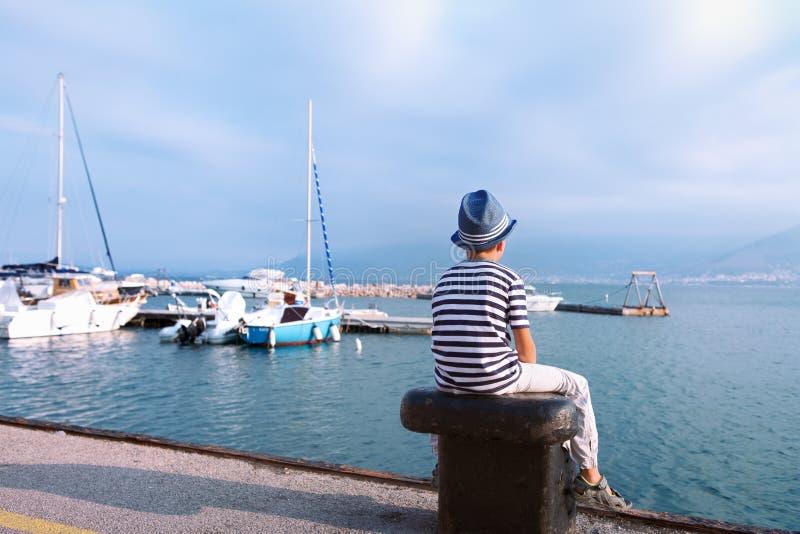看海和船的帽子的孩子 免版税库存图片