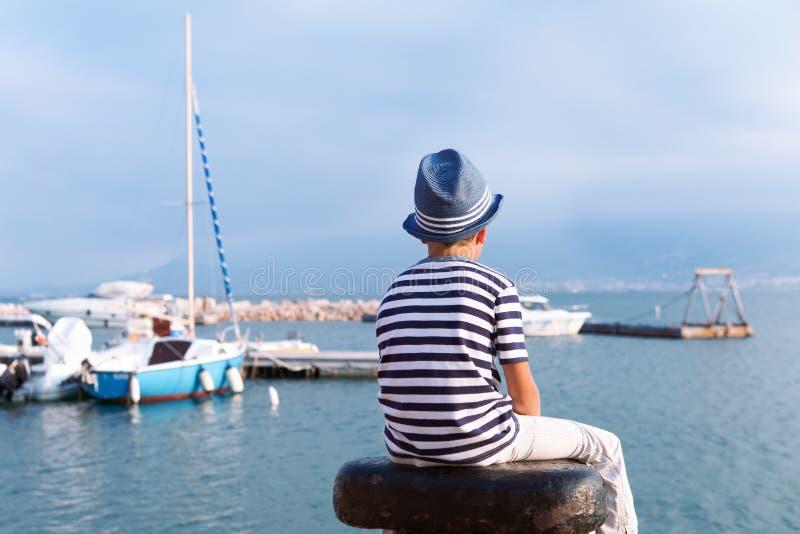 看海和船的帽子的孩子 库存图片