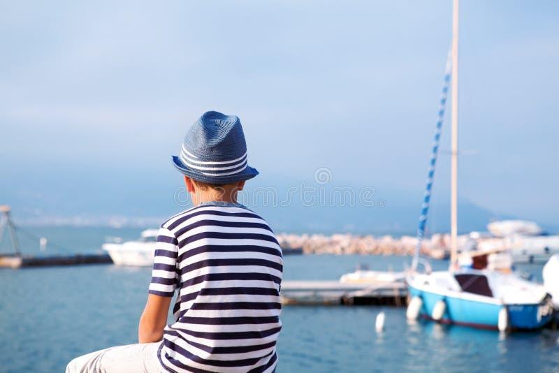 看海和船的帽子的孩子 图库摄影