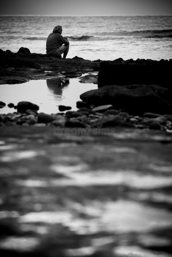 看海洋的孤独的人在冬天 库存图片
