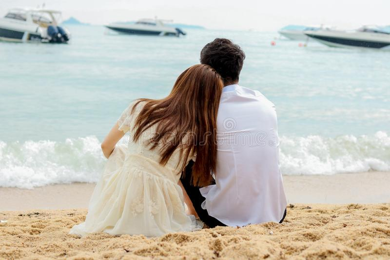 看海甜旅行的夫妇为两 免版税图库摄影