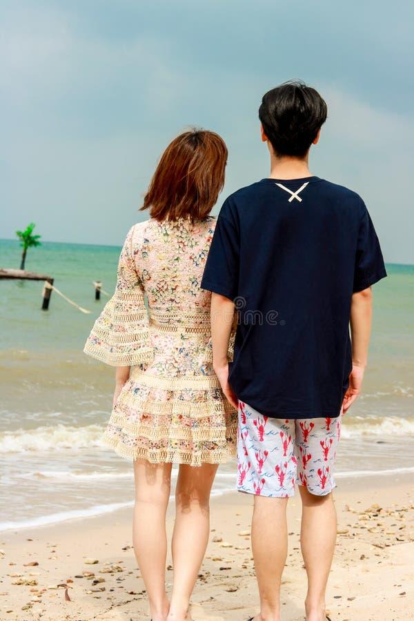 看海甜旅行的夫妇为两 库存图片
