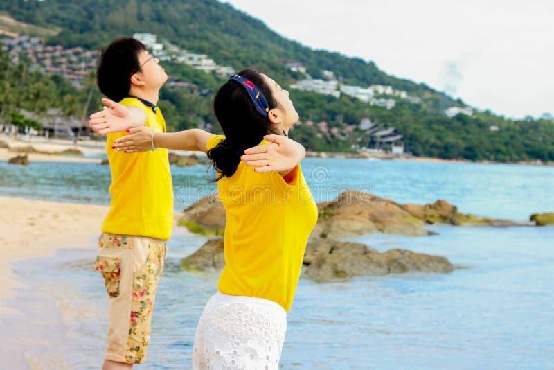 看海甜旅行的夫妇为两 免版税库存图片