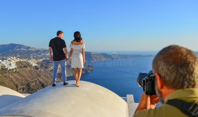 看海的一对年轻夫妇 免版税库存图片