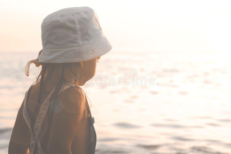 看海的小女孩日落 库存图片
