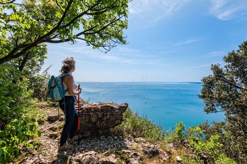 看海的成熟远足者 旅行和活跃生活方式concep 库存照片