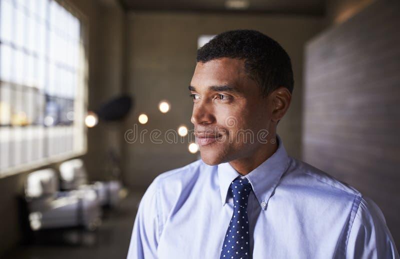 看混合的族种的商人微笑,接近  图库摄影