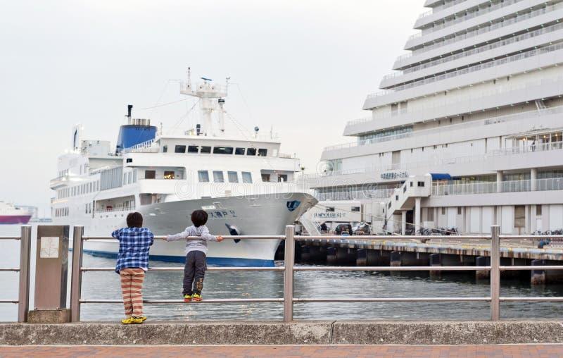 看游轮相接的两个男孩在豪华五星神户Meriken停放东方旅馆,神户Meriken公园,神户, Hyo港  库存图片