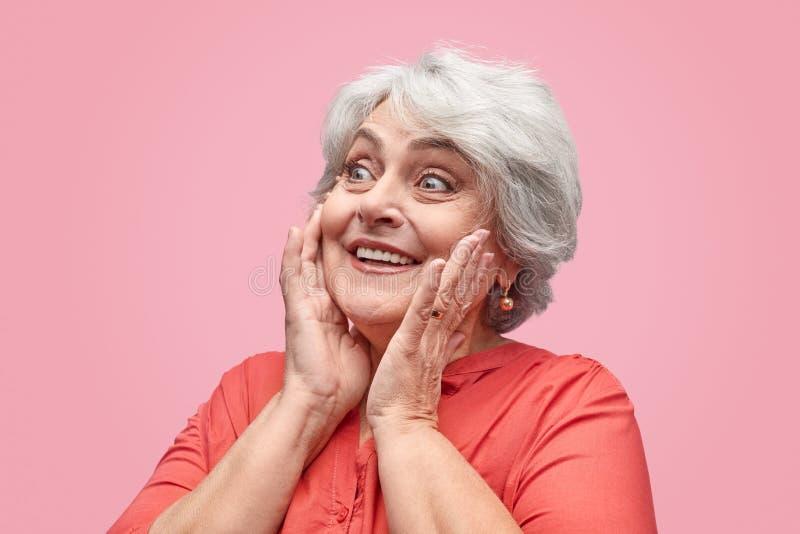 看激动的年长的夫人  免版税库存图片