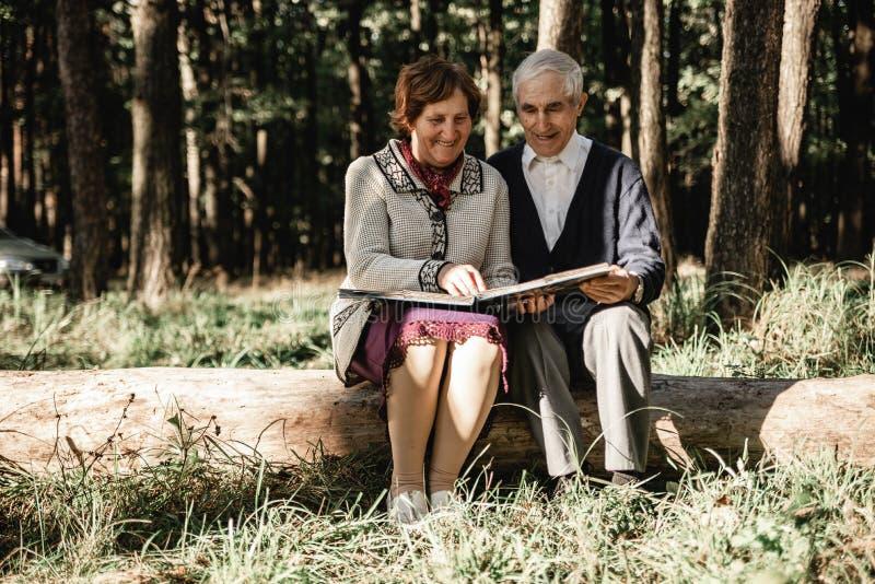 看照片的愉快的资深夫妇户外 库存照片